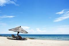 Regenschirm auf dem Strand auf Sunny Day, Chintheche-Strand, Malawisee Lizenzfreie Stockbilder