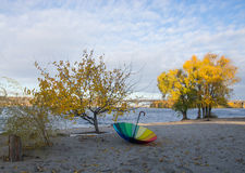 Regenschirm auf der Bank des Dnieper-Flusses Lizenzfreies Stockbild
