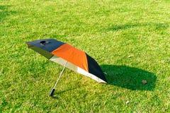 Regenschirm auf grünem Gras Stockfotos