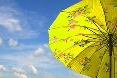 Regenschirm auf Himmel- und Wolkenhintergrund Stockbild