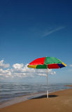 Regenschirm auf Küste Lizenzfreie Stockfotografie