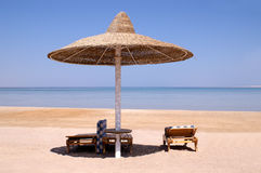 Regenschirm auf Meer, Ägypten stockfotos