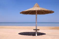 Regenschirm auf Meer, Ägypten Stockfotografie
