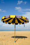 Regenschirm auf Sand Lizenzfreies Stockbild