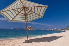 Regenschirm auf Strand Stockfotografie