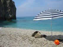 Regenschirm auf Strand Stockbilder