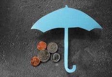 Regenschirm über Geld Lizenzfreies Stockbild