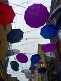 Regenschirm in den Drähten Lizenzfreie Stockfotografie