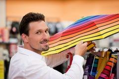 Regenschirm des gutaussehenden Mannes Einkaufsam Supermarkt Lizenzfreie Stockfotos