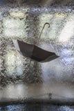 Regenschirm gegen den Regen Lizenzfreie Stockbilder