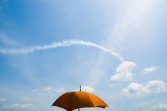 Regenschirm gegen Wolkenversuch Stockfotos