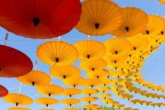 Regenschirm-Himmel-Hintergrund stockfotos