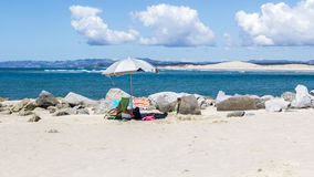 Regenschirm mangawhai geht Strand voran Lizenzfreie Stockfotos