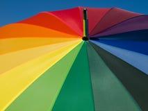 Regenschirm mit Regenbogenfarben Lizenzfreie Stockbilder