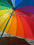 Regenschirm mit Regenbogenfarben Lizenzfreie Stockfotos