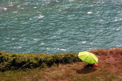 Regenschirm nahe einem Fluss Lizenzfreie Stockbilder