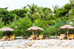Regenschirm und Aufenthaltsräume am Ufer stockfoto