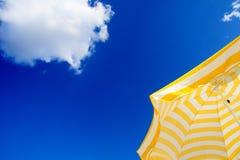 Regenschirm und Himmel Stockfoto