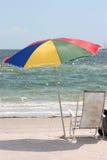 Regenschirm und Stuhl Stockfotografie