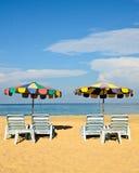 Regenschirm und Stuhl auf dem Strand Stockfotos