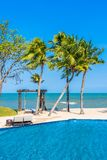 Regenschirm und Stuhl um Swimmingpool Ozeanstrand des Hotelerholungsortes im neary Seef?r Ferien stockfoto