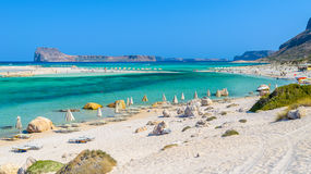 Regenschirme auf Balos setzen auf Kreta-Insel, Griechenland auf den Strand Lizenzfreie Stockbilder