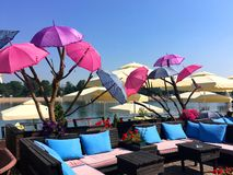 Regenschirme auf dem Belgrad-Strand stockbild