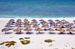 Regenschirme auf dem Strand Lizenzfreie Stockbilder