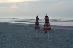 Regenschirme auf dem Strand stockfotografie