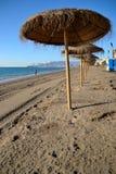 Regenschirme auf dem Strand in Màlaga Stockbild