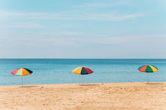 Regenschirme auf dem Strand während des Sommers Stockfotos