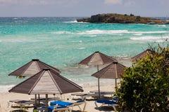 Regenschirme auf dem Strand in Zypern Lizenzfreies Stockfoto