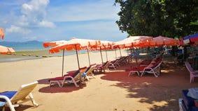 Regenschirme auf einem Strand in Thailand lizenzfreie stockfotos