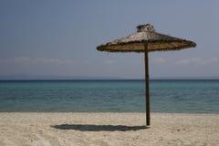 Regenschirme auf Griechenland versandet Strand Lizenzfreies Stockfoto