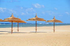 Regenschirme auf sandigem Strand im Hotel in Marsa Alam - Ägypten Stockfotografie