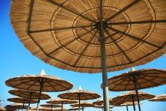 Regenschirme auf Strand Stockbild