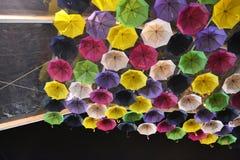 Regenschirme bis zum Nacht Stockfoto
