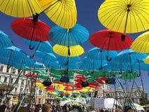 Regenschirme in der Stadt Stockfotos