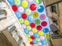 Regenschirme in der Stadt lizenzfreies stockbild
