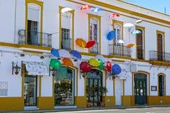 Regenschirme in der typischen Straße von Ayamonte spanien Lizenzfreie Stockfotos