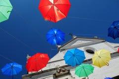 Regenschirme, die in Evora, Portugal fliegen stockfotos