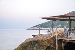 Regenschirme durch das Meer Lizenzfreie Stockfotos
