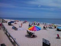 Regenschirme durch die Küste Lizenzfreies Stockbild