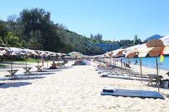 Regenschirme an einem schönen Tag auf Surin setzen in Phuket Thailand auf den Strand Stockfotografie