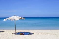 Regenschirme an einem schönen Tag auf Surin setzen in Phuket Thailand auf den Strand Stockfoto