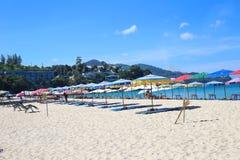 Regenschirme an einem schönen Tag auf Surin setzen in Phuket Thailand auf den Strand Lizenzfreie Stockbilder