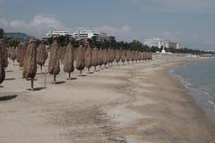Regenschirme geschlossen auf dem Strand lizenzfreie stockfotografie