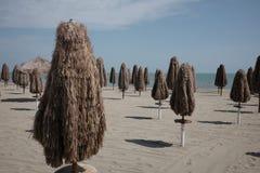 Regenschirme geschlossen auf dem Strand lizenzfreies stockbild