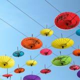 Regenschirme, handgemacht auf Himmel in Chiang Mai, Thailand Lizenzfreies Stockbild