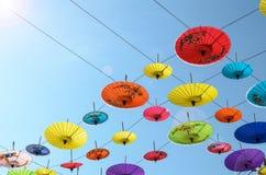 Regenschirme, handgemacht auf Himmel in Chiang Mai, Thailand Lizenzfreie Stockfotografie